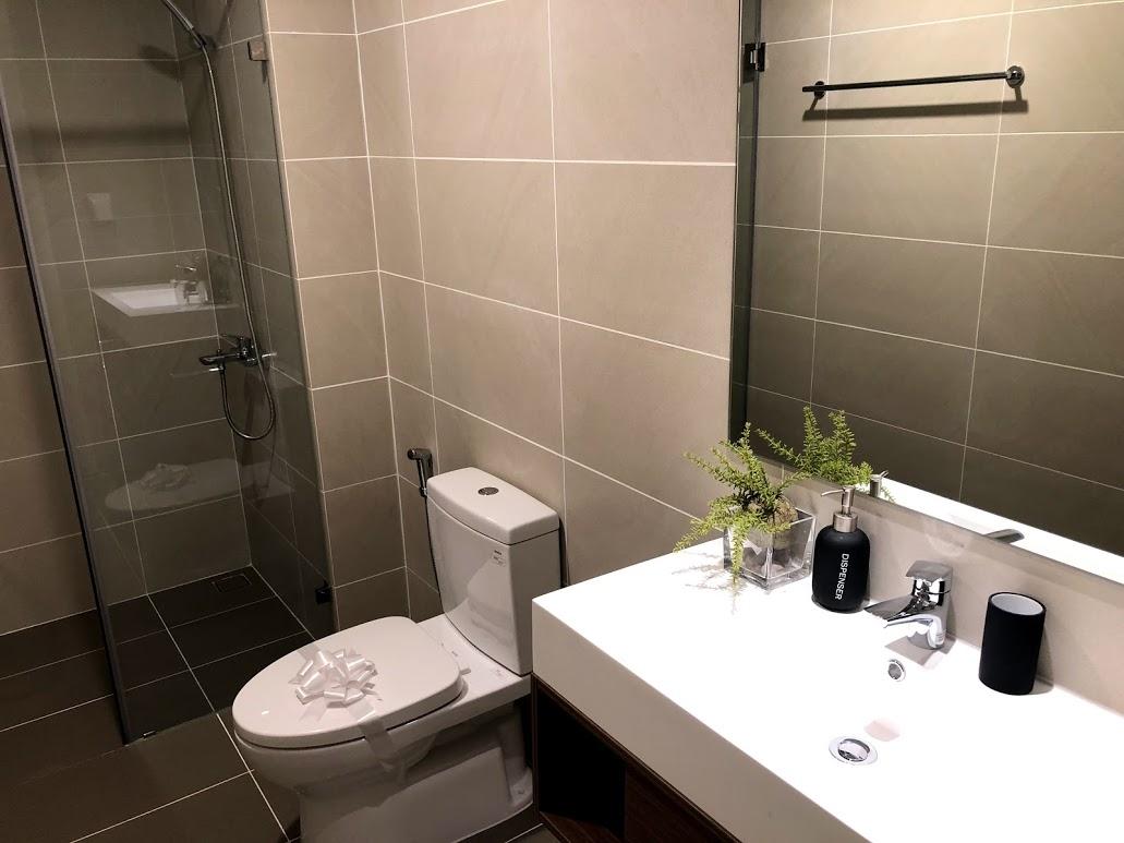 nhà mẫu chung cư Kosmo 2 ngủ phòng vệ sinh